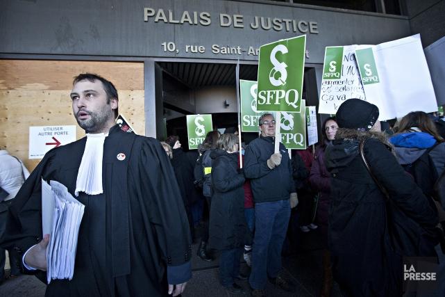Les manifestants ont bloqué les accès au palais... (PHOTO PATRICK SANFAÇON, LA PRESSE)