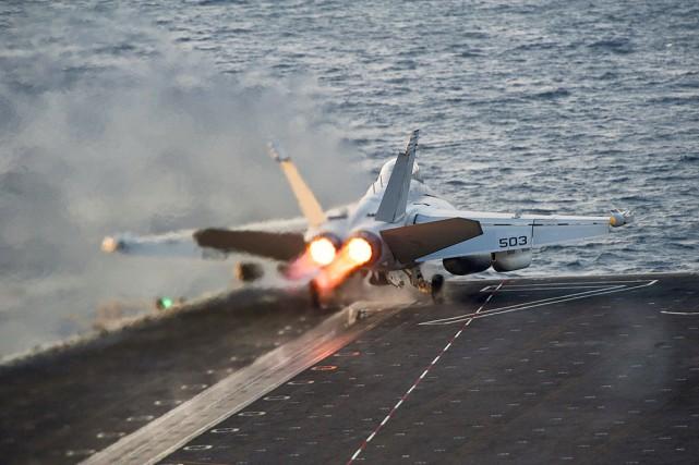 Les États-unis vont intensifier leurs bombardements aériens contre... (PHOTO ARCHIVES REUTERS/MARINE AMÉRICAINE)