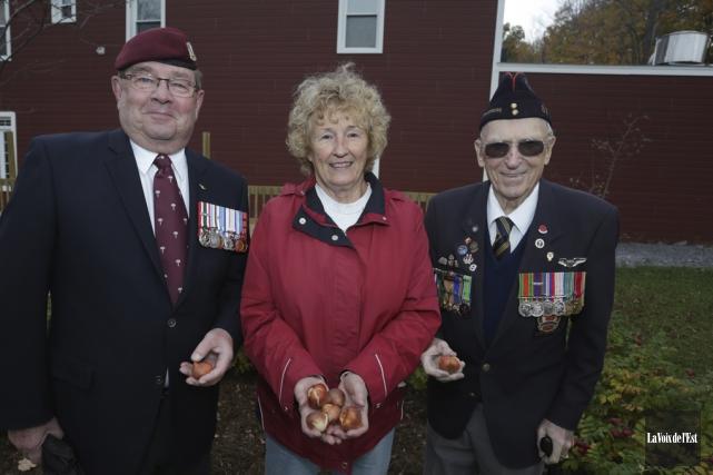 Les vétérans Ronald Rocray (guerre de Chypre) et... (Catherine Trudeau, La Voix de l'Est)