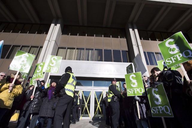 Les syndicats en profitent pour dépeindre M. Couillard... (La Presse Canadienne)