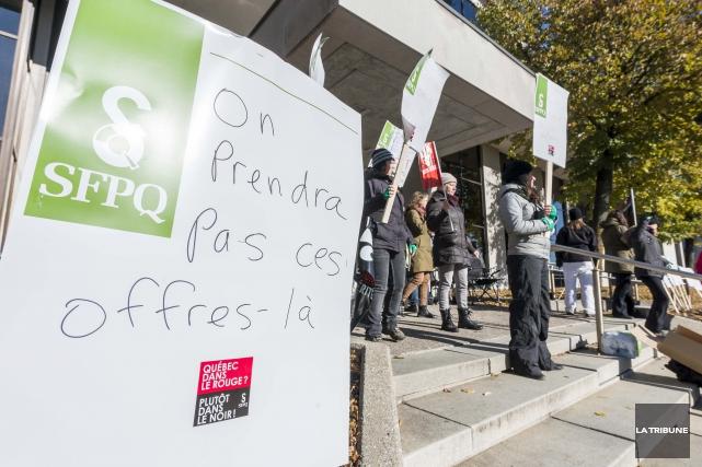 Des employés du secteur public ont érigé des... (Imacom, Frédéric Côté)