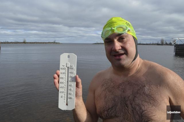 François-Bernard Tremblay a nagé pendant plus de 8... (Photo Le Quotidien, Louis Potvin)
