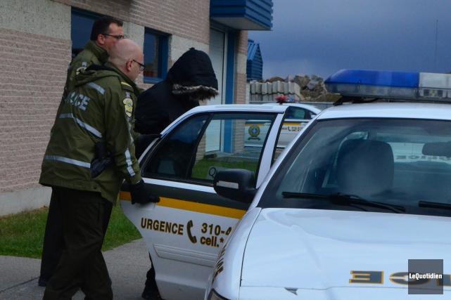 Girard s'est caché le visage avec son capuchon,... (Photo Le Quotidien, Laura Lévesque)