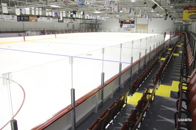 Selon le comité, rénover l'aréna actuel au coût... (photo archives La Voix de l'Est)