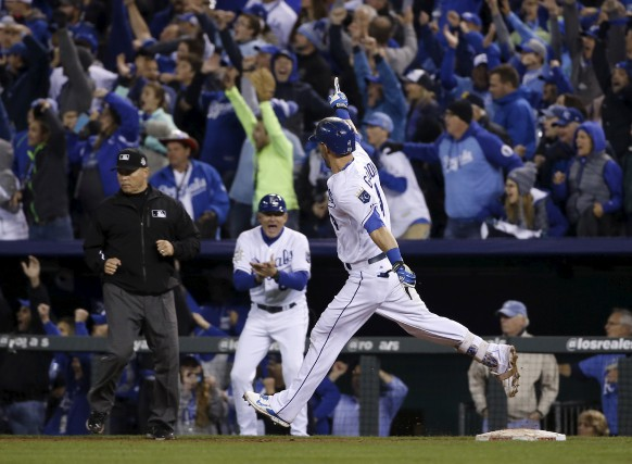 Le circuit en solo d'Alex Gordon a créé... (The Associated Press)