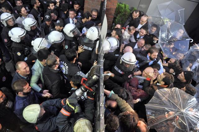 Les forces de l'ordre ont d'abord dispersé les... (PHOTO USAME ARI, CIHAN NEWS AGENCY/AP)