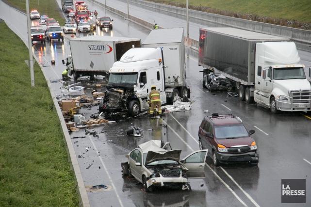 Le conducteur d'un camion semi-remorque aurait alors embouti... (PHOTO DAVID BOILY, LA PRESSE)