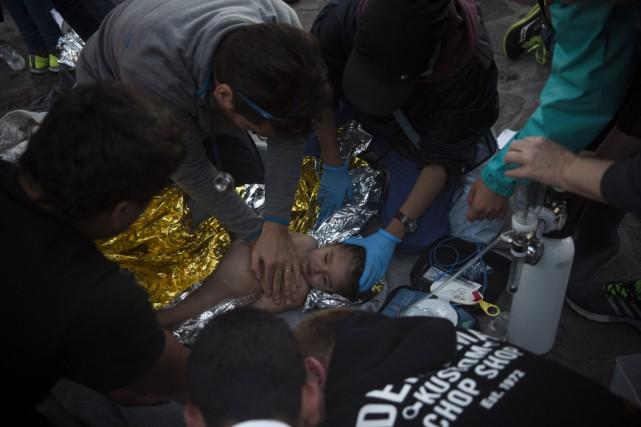 Médecins et personnel médical tentent de réanimer un... (Photo Santi Palacio, AP)