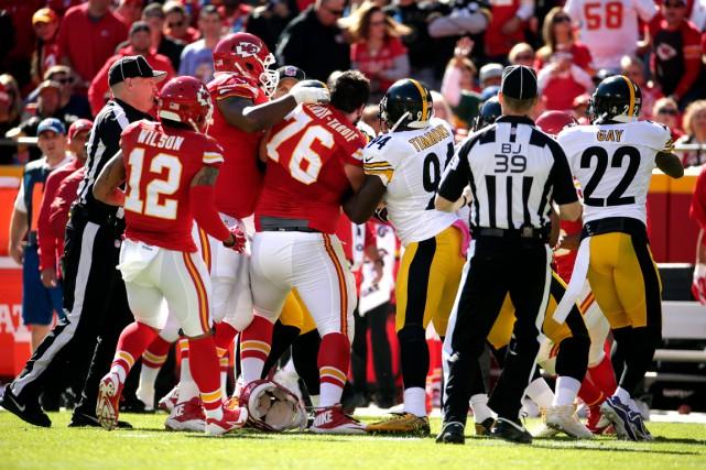 Agressif face aux Steelers, Laurent Duvernay-Tardif (76) en... (AP, Charlie Riedel)