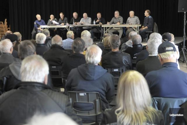 Quelques dizaines de retraités de Produits forestiers Résolu... (Photo Le Quotidien, Rocket Lavoie)