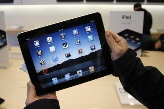 La tablette iPad permet de lire des livres... (AP)