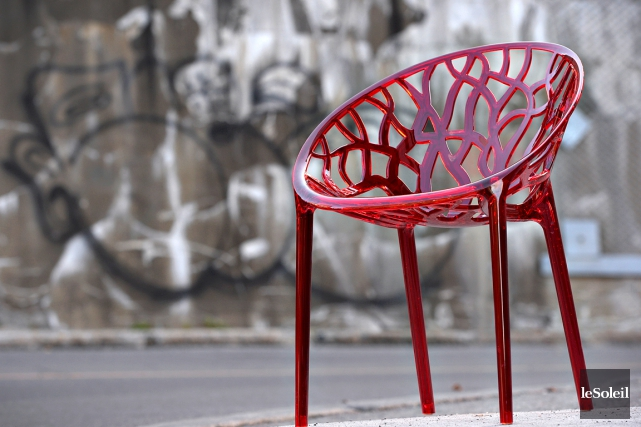 Sylvain Côté propose des chaises aux couleurs pimpantes.... (Le Soleil, Patrice Laroche)