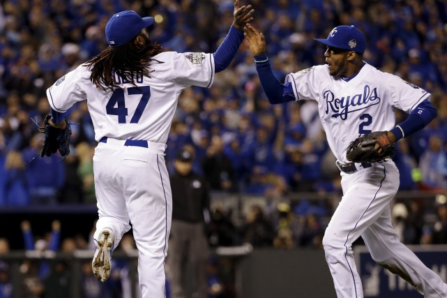 Johnny Cueto et Alcides Escobar se sont illustrés... (AP, David J. Phillip)