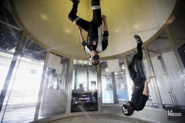 Deux instructeurs de Skyventure Montreal, en action a... (Archives La Presse)
