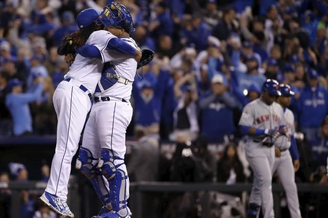 Le lanceur partant Johnny Cueto célébrant la victoire... (Associated Press)