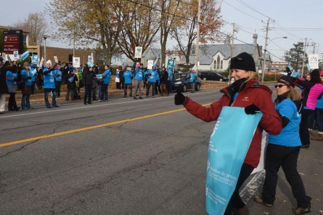 Ces manifestants comptaient parmi les 18 177 membres... (François Gervais)