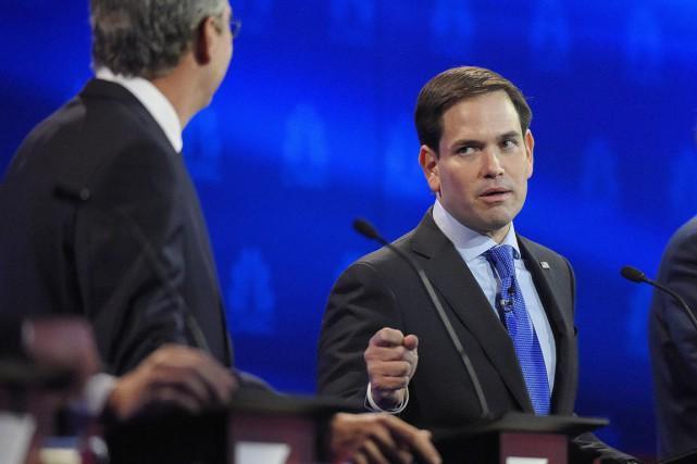 Marco Rubio (à droite) répond à son ancien... (PHOTO MARK J. TERRILL, AP)