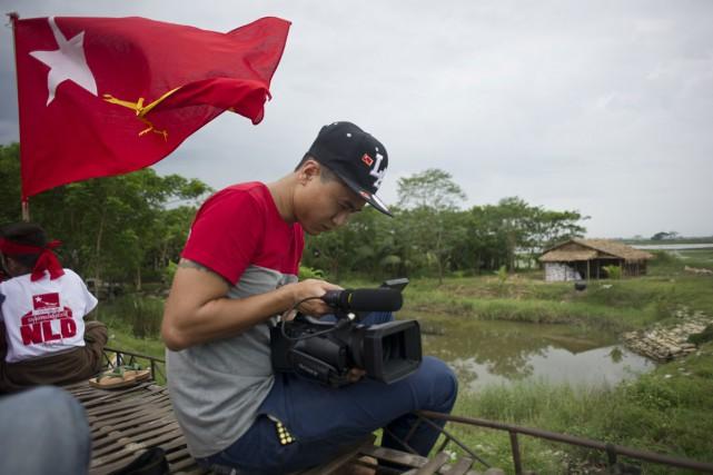 Libérés des années de censure et armés de technologies inaccessibles il y a peu... (PHOTO AFP)