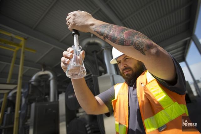 Un employé de l'usine d'épuration d'Orange County contrôle... (PHOTO IVANOH DEMERS, ARCHIVES LA PRESSE)