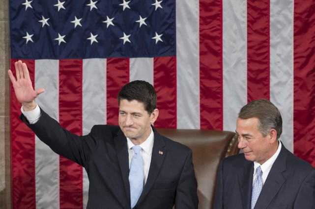 Paul Ryan (à gauche) succède à John Boehner... (PHOTO SAUL LOEB, AFP)