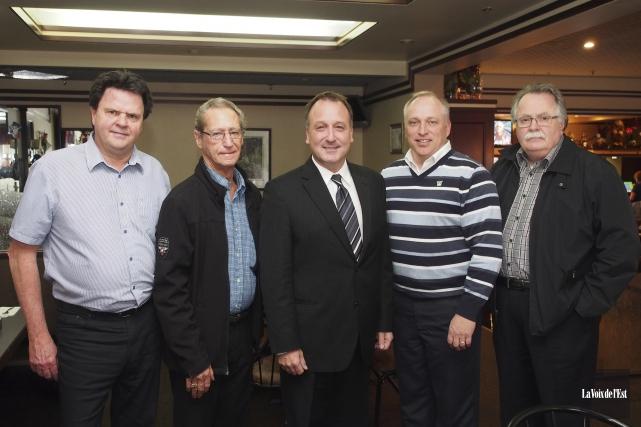 Pierre Breton entouré de quelques membres du conseil... (Alain Dion, La Voix de l'Est)