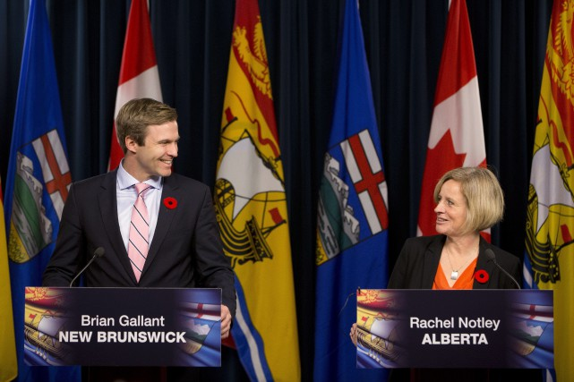 Les premiers ministres Brian Gallant et Rachel Notley... (PHOTO JASON FRANSON, LA PRESSE CANADIENNE)