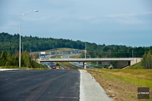 Les usagers de l'autoroute 410 peuvent désormais poursuivre leur chemin jusqu'à... (Archives La Tribune, Jessica Garneau)