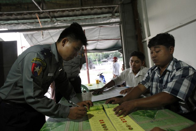 Un officier de police vote par anticipation, jeudi,... (Photo Aung Shine Oo, AP)