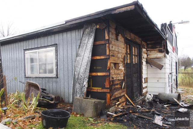 Un incendie a ravagé un mur d'un garage... (Alain Dion, La Voix de l'Est)