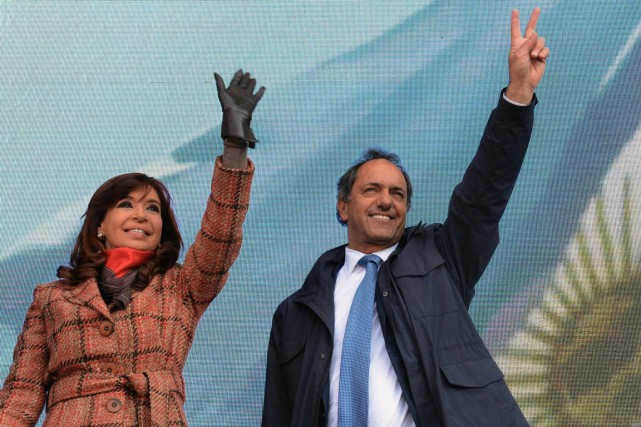 La présidente argentine Cristina Kirchner et son poulain,... (Photo d'archives AFP)