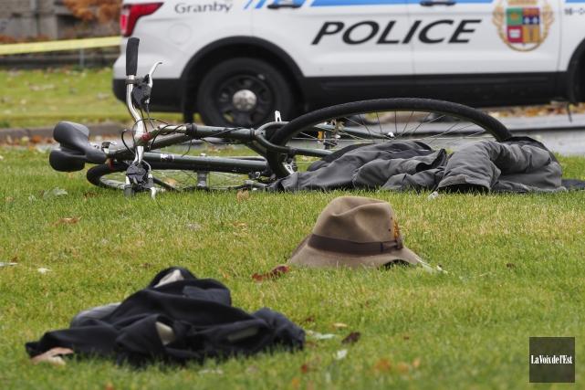 Le cycliste a été découvert sous un conifère... (Alain Dion, La Voix de l'Est)