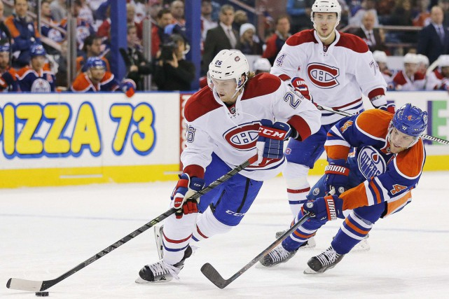 Taylor Hall tente d'enlever la rondelle à Jeff... (PHOTO PERRY NELSON, USA TODAY SPORTS)