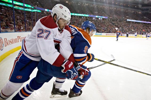 Alex Galchenyuk bataille avec Connor McDavid dans le... (La Presse Canadienne, Jason Franson)