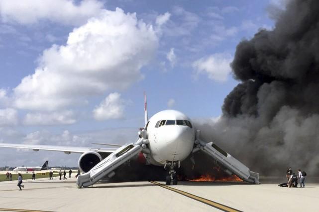 Une épaisse fumée noire s'échappait de l'appareil du... (AFP, Andres Gallego)