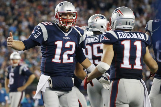 Tom Brady (12) et Julian Edelman (11).... (PHOTO MICHAEL DWYER, ASSOCIATED PRESS)