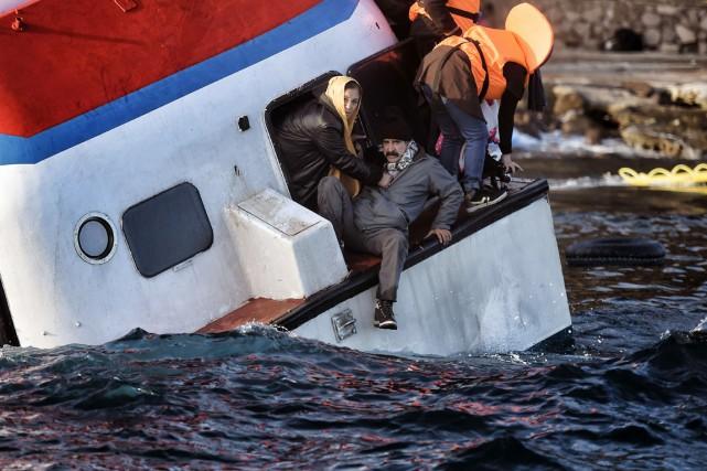 Un bateau transportant réfugiés et migrants coule près... (PHOTO ARIS MESSINIS, AFP)