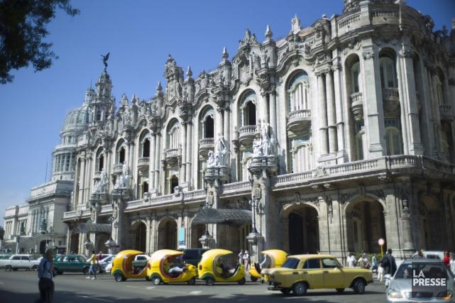 Des coco taxis attendent devant le grand théâtre... (PHOTO DAVID BOILY, ARCHIVES LA PRESSE)
