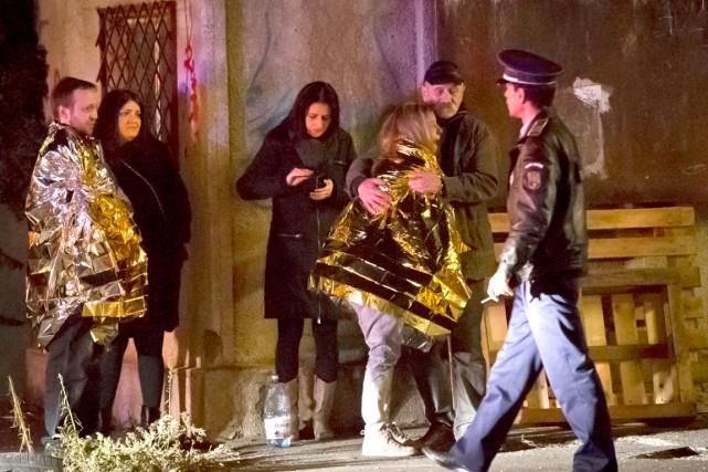 Une survivante de l'explosion est escortée à l'extérieur... (AP, Vadim Ghirda)