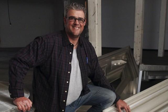 Pascal Perron, artisan professionnel en ferblanterie, travaille sur... (photo Alain Dion)