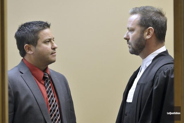 L'ex-policier André Simard discute avec l'avocat Me Dominic... (Photo Le Quotidien, Rocket Lavoie)