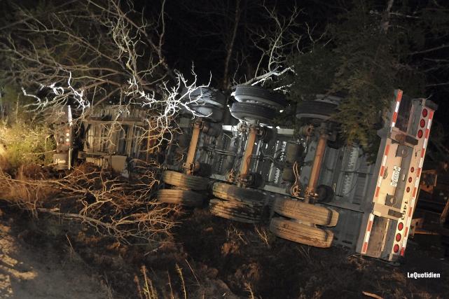Un camion-remorque s'est retrouvé complètement sur le côté, dans un fossé de la... (Photo Le Quotidien, Rocket Lavoie)