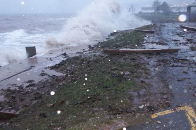 Jeudi, de fortes vagues ont emporté le tablier... (Collaboration spéciale Geneviève Gélinas)