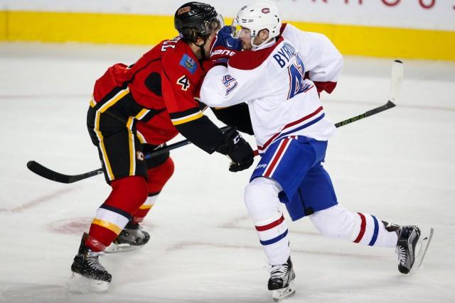 Paul Byron, du Canadien, etKris Russell, des Flames,... (Jeff McIntosh, PC)