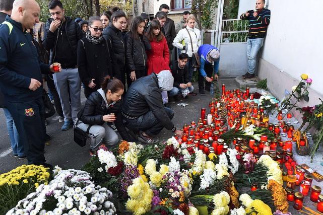 Le gouvernement a annoncé «un deuil national de... (PHOTO DANIEL MIHAILESCU, AFP)