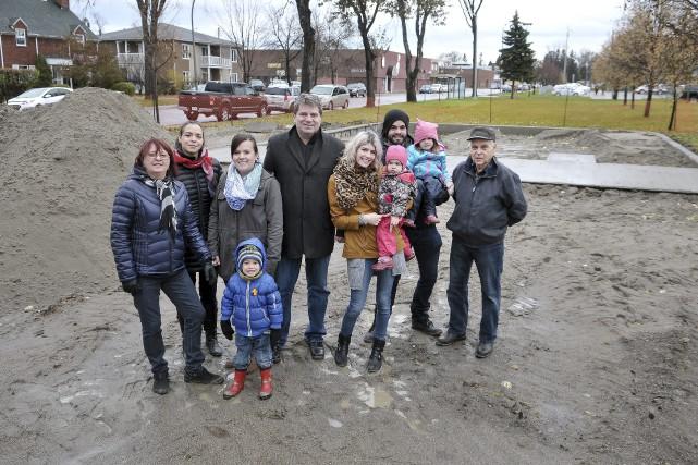 Le conseiller municipal Carl Dufour est entouré de... (Photo Le Progrès-Dimanche, Rocket Lavoie)