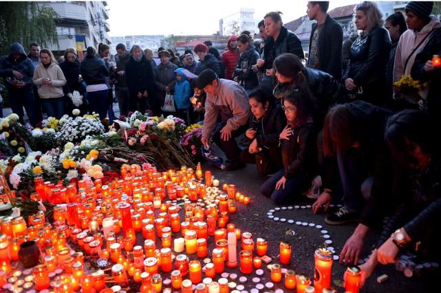 Une veillée aux chandelles a été organisée devant... (Photo DANIEL MIHAILESCU, AFP)
