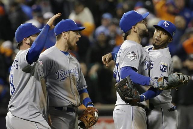 Les Royals célèbrent leur victoire contre les Mets,... (Photo David J. Phillip, AP)