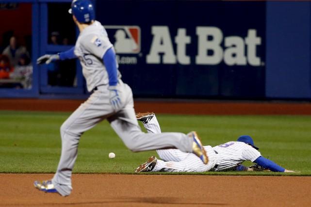 Une erreur du deuxième-but des Mets Daniel Murphy... (AFP, Sean M. Haffey)
