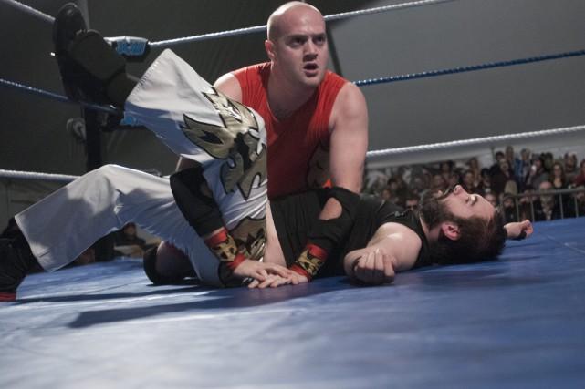 Emilio a la vie dure contre Tom Leblond... (Photo Le Progrès-Dimanche, Michel Tremblay)