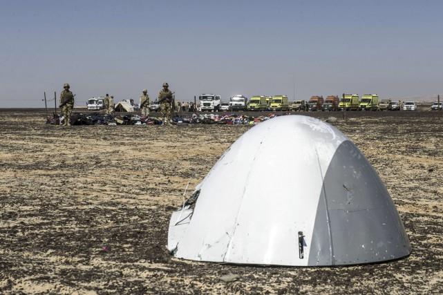 Des soldats surveillent le nez de l'avion qui... (AFP, Khaled Desouki)